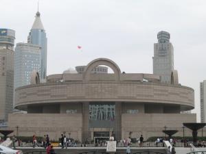 Die Architektur des Shanghaier Stadtmuseums trägt der alten chinesischen Vorstellung Rechnung, dass die Erde eckig und der Himmel rund ist. Das historische Äquivalent sind zum Beispiel der Pekinger Himmelstempel – Rundbau mit blauem Dach – und die Verbotene Stadt – rechteckige Grundform mit gelb glasierten Dachziegeln.