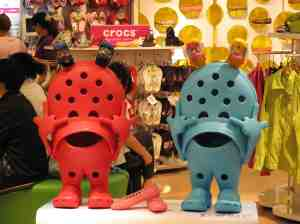 Animierte Crocs-Schuhe, Super Brand Mall, Shanghai. © at