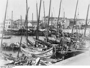 Dschunken im Hafen von Tsingtau. © Bundesarchiv