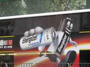 Sprintende Energizer Batterie auf einem Hongkonger Doppeldeckerbus. © at