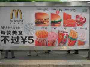 McDonald's Werbung in China. Fettleibigkeit und koronare Erkrankungen sind auf dem Vormarsch. © at