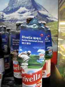 Das Schweizer Nationalgetränk Rivella mit vielversprechendem chinesischem Markennamen und Alpenpanorama auf Kundenakquise. © at