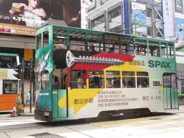 Unübersehbar wirbt der Spezialist für Verbindungstechnik Spax mit seinem Herkunftsland auf einer Straßenbahn in Hongkong. © at