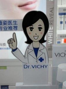 Interessierte chinesische Konsumenten konsultieren Ärztin Frau Dr. Vichy. © at