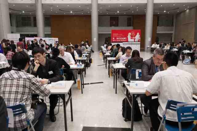 Interaktion und Dynamik garantiert: Über 200 chinesische Studierende trafen auf 40 Wirtschaftsvertreter beim Shanghaier Speed Dating.