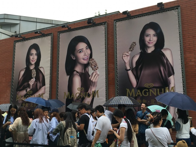 Schlangestehen vor dem Magnum Pleasure Store in Beijing. © at