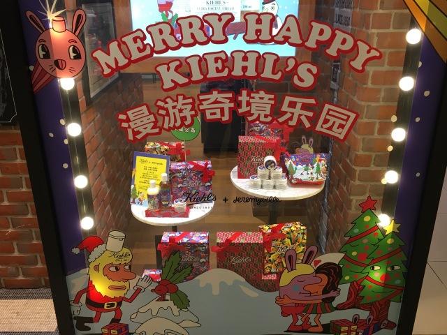Weihnachtlich geschmücktes Schaufenster von Kiehl's. @ at