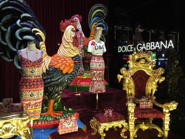 Stolzer Hahn im Schaufenster von Dolce & Gabbana. @ at