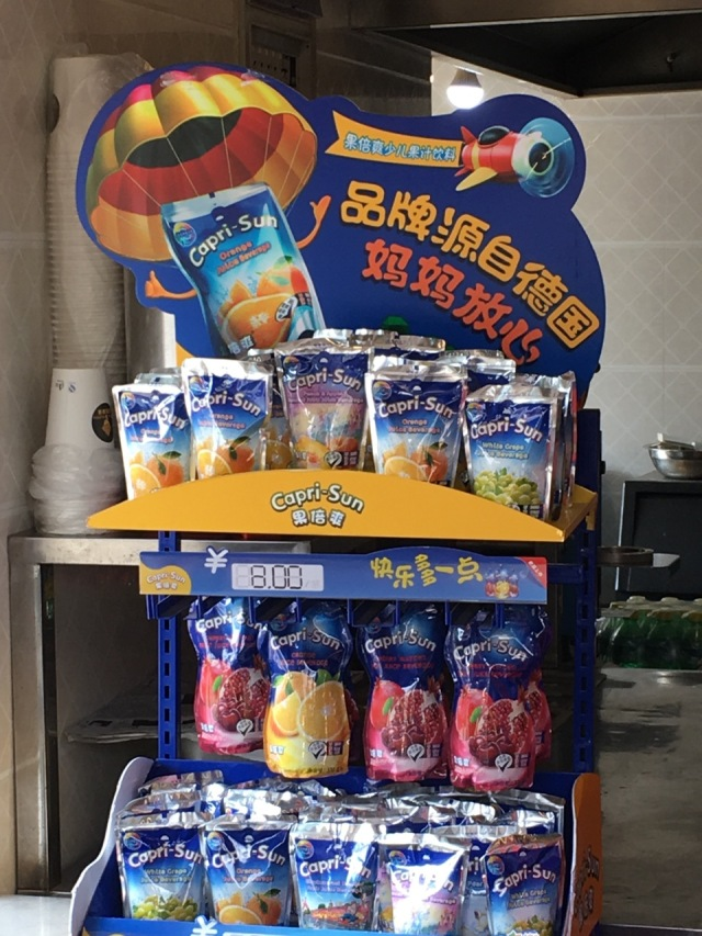 Capri-Sonne Display in einem Shanghaier Kiosk. @ at