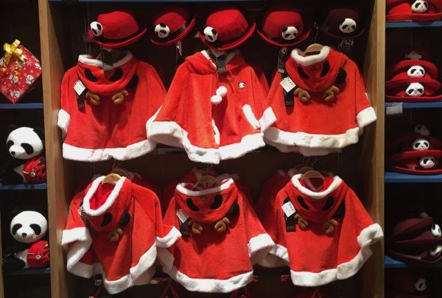 Weihnachtspanda im Elchkostüm. © at