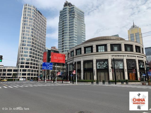 Leere Straßen: geschlossener Flagshipstore von Starbucks in Shanghai